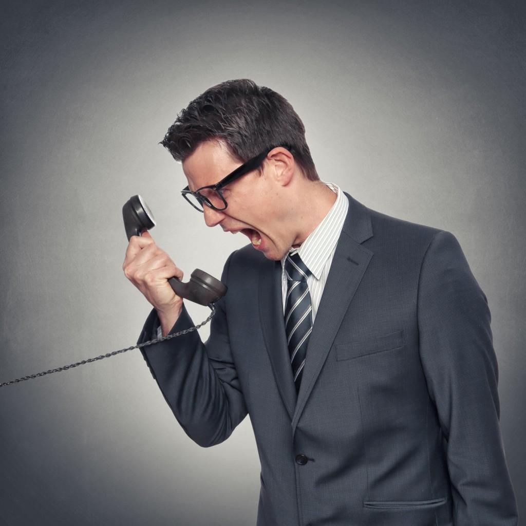 Mann schreit ins Telefon
